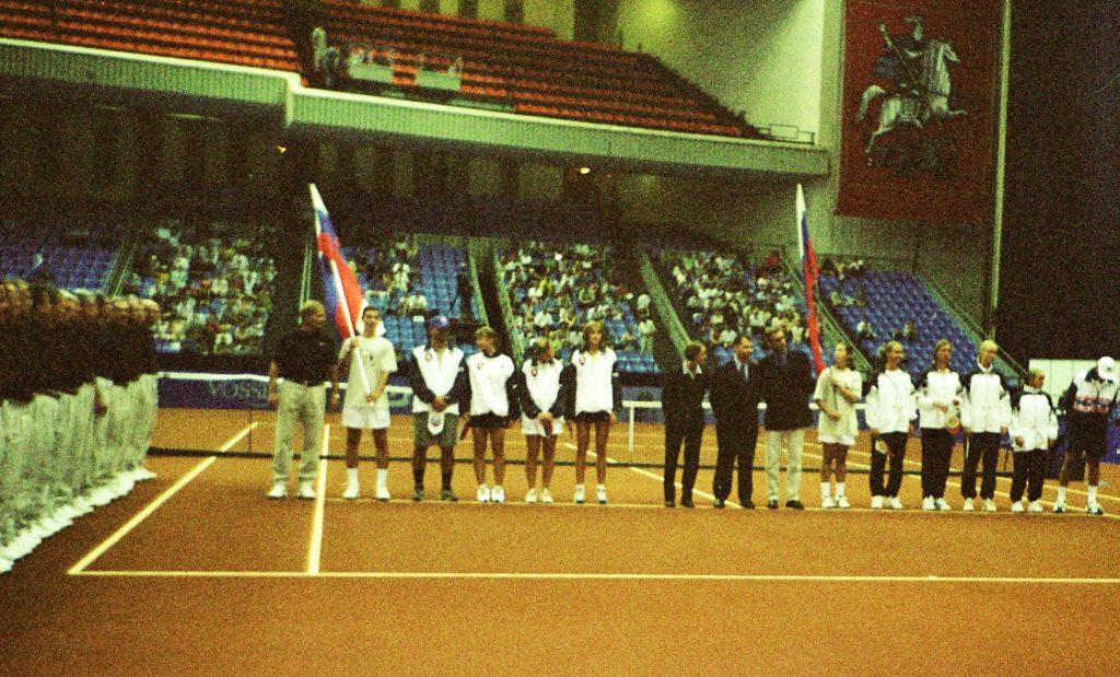 Минкевич Анатолий выводящий игроков национальных сборных команд на церемонии открытия чемпионата мира по теннису среди женских сборных команд в матче Кубка Федерации Россия-Словакия 1998 г.