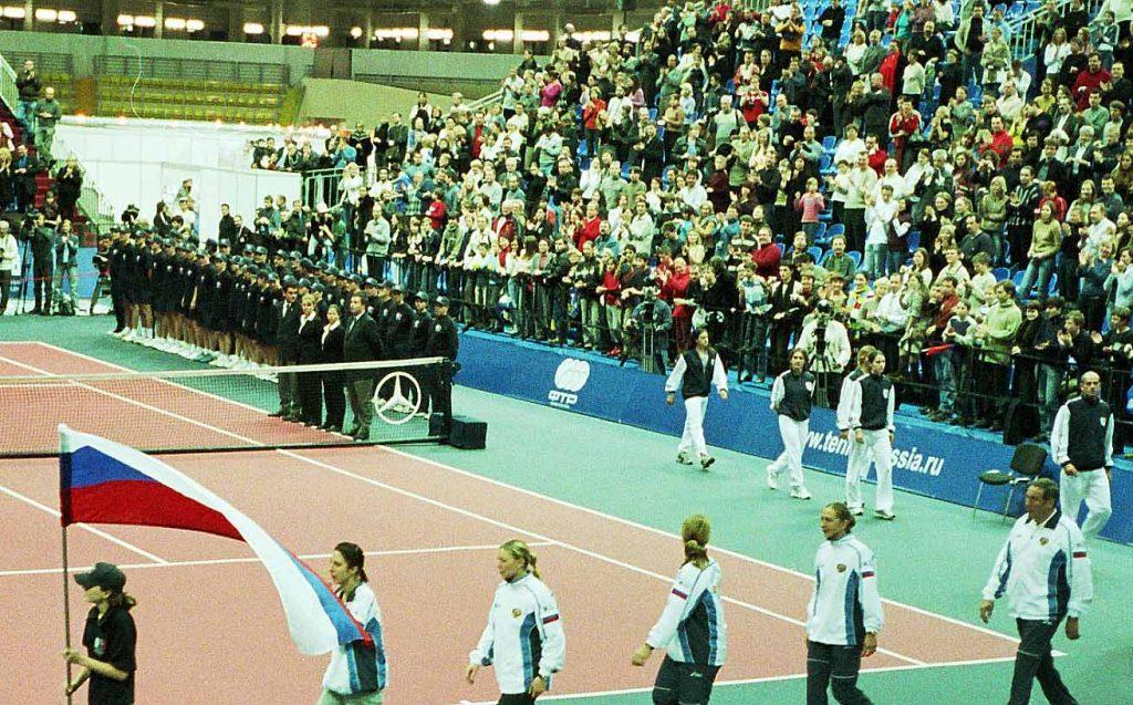 Минкевич Анатолий выводящий линейных судей на церемонии награждения сборной команды России на чемпионате мира по теннису среди женских сборных команд в финальном матче Кубка Федерации Россия-Франция-Испания-Австрия 2004 г.