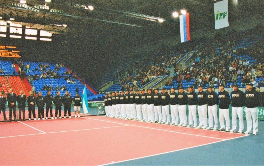 Минкевич Анатолий выводящий линейных судей на церемонии открытия чемпионата мира по теннису среди мужских сборных команд матча Кубка Дэвиса Россия-Аргентина 2002 г.
