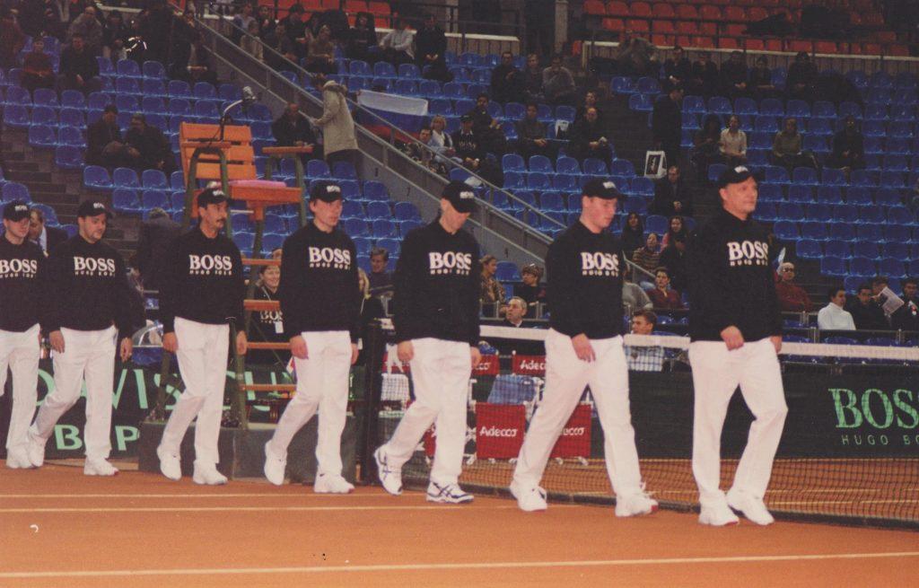 Минкевич Анатолий выводящий линейных судей на церемонии открытия чемпионата мира по теннису среди мужских сборных команд матча Кубка Дэвиса Россия-Швейцария 2002 г.