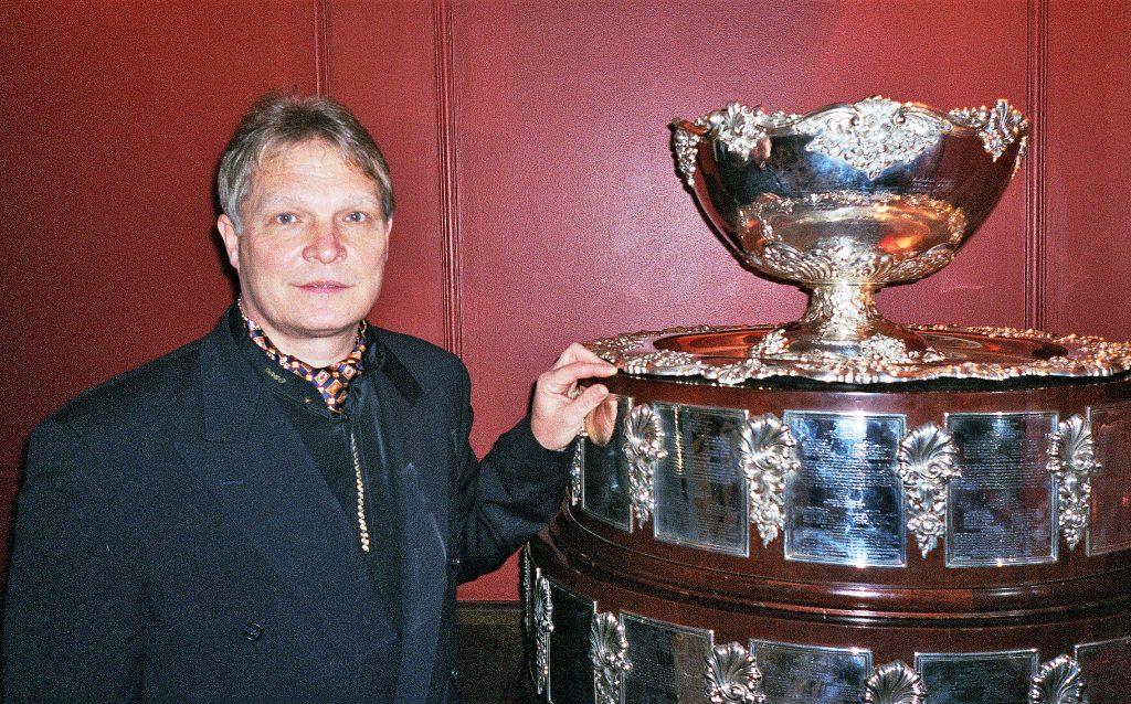 Минкевич Анатолий рядом с трофеем, завоеванным впервые мужской сборной России на Кубке Дэвиса 2002 года г. Москва, ресторан Сан-Мишель