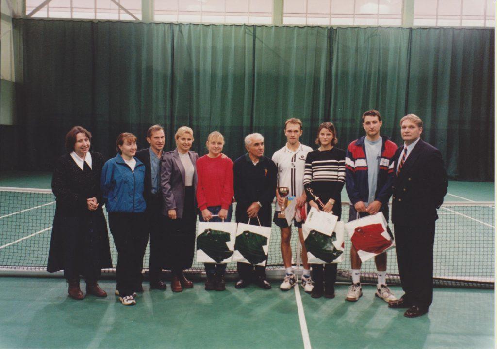 Минкевич Анатолий Адамович главный судья Кубка Федерации тенниса Москвы среди студентов Вузов с победителями и призёрами соревнования (1999)