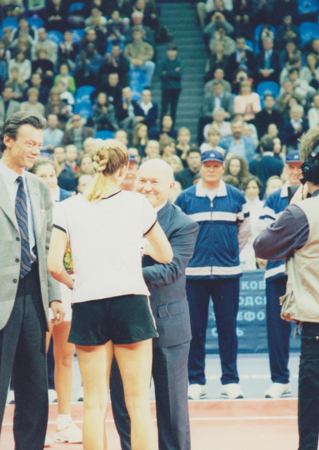 Пирс Мари (Франция) Победительница Кубка Кремля и Лужков Юрий Михайлович мэр города Москвы на церемонии награждения 1998