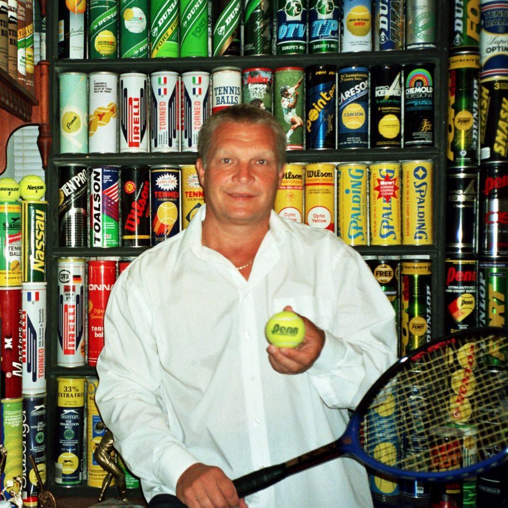 Минкевич Анатолий Адамович со своей коллекцией банок для теннисных мячей