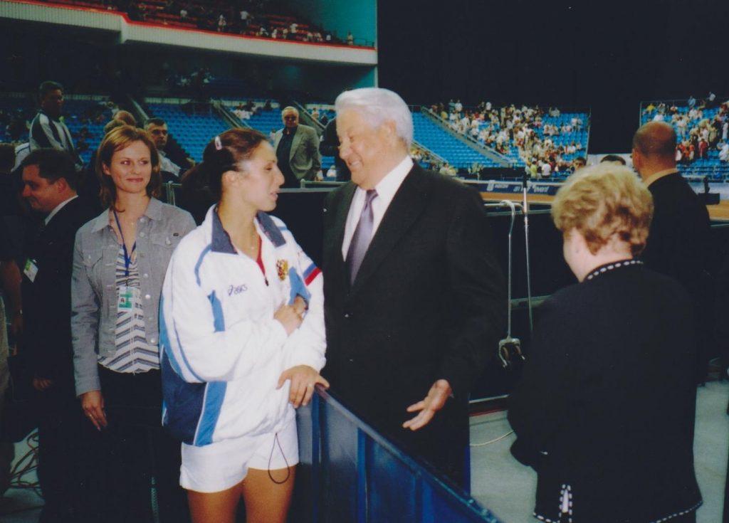 Ельцин Борис Николаевич - поздравляет Анастасию Мыскину с хорошей игрой на Кубке Федерации Россия-США (2005)
