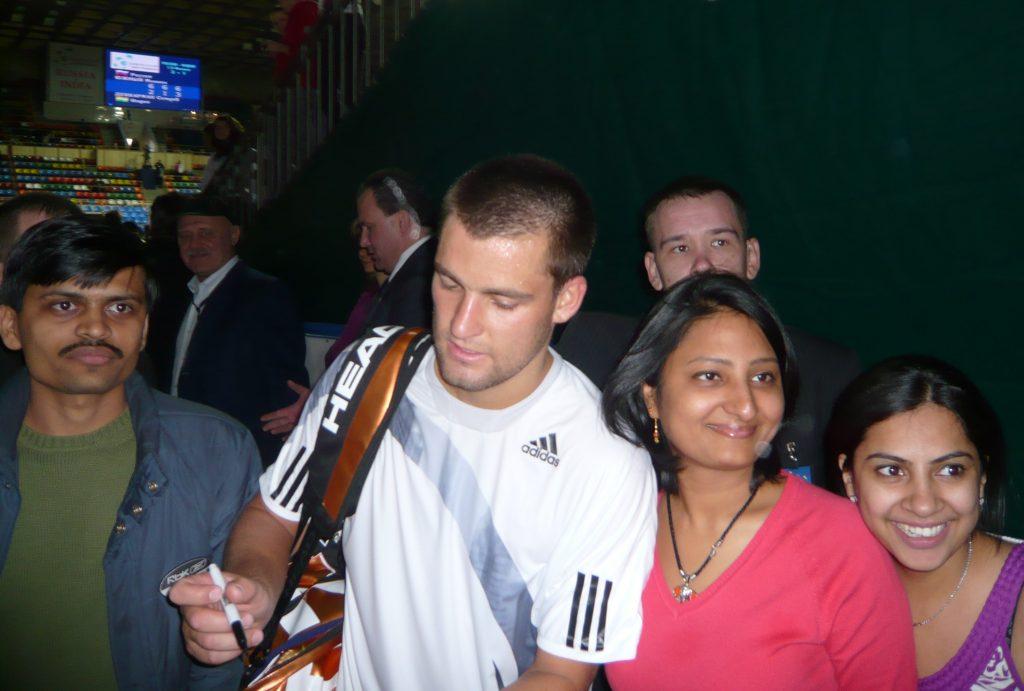 Михаил Южный российский теннисист в кругу болельщиков на Кубке Дэвиса Россия-Индия 2010 год  Фото автора