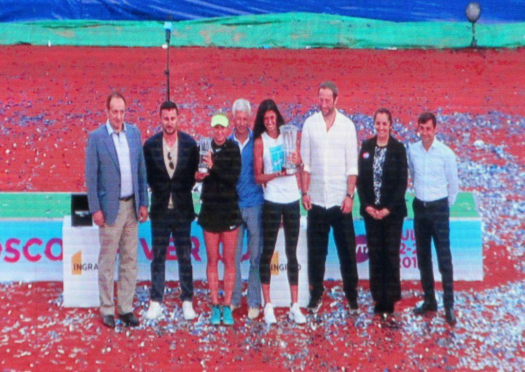 Церемония награждения победительницы Ольги Данилович (Сербия) и финалистки Анастасии Потаповой (Россия) на международном теннисном турнире WTA Moscow River Cup 2018