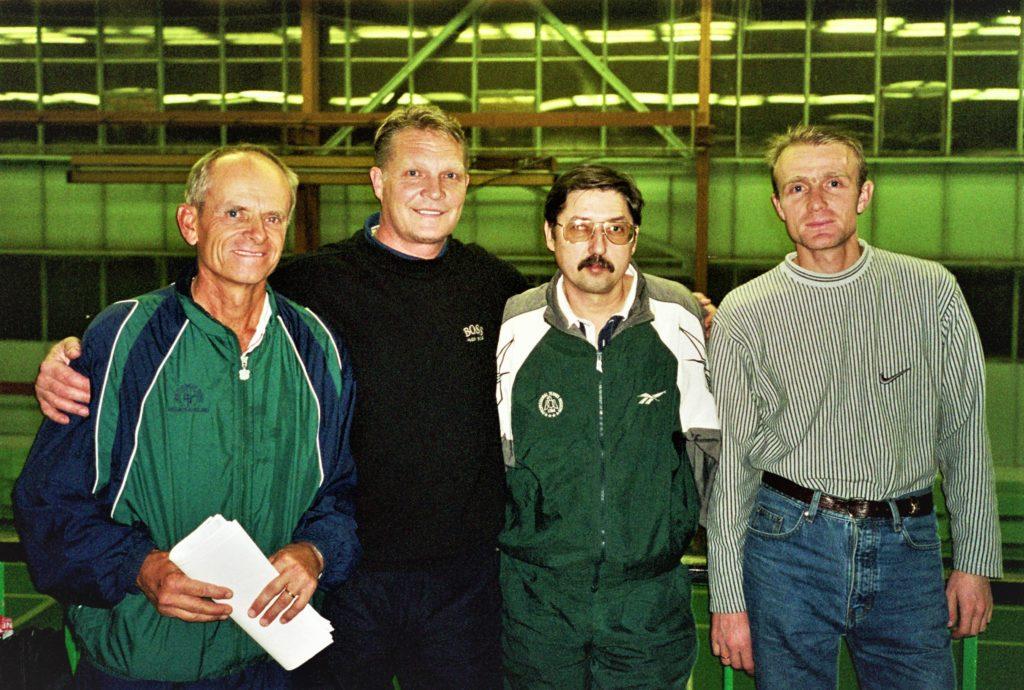 Минкевич Анатолий. вместе с Луи Кэп, Владимиром Сининым и Сергеем Костановым на международном семинаре тренеров по теннису USPTR 2001 г.
