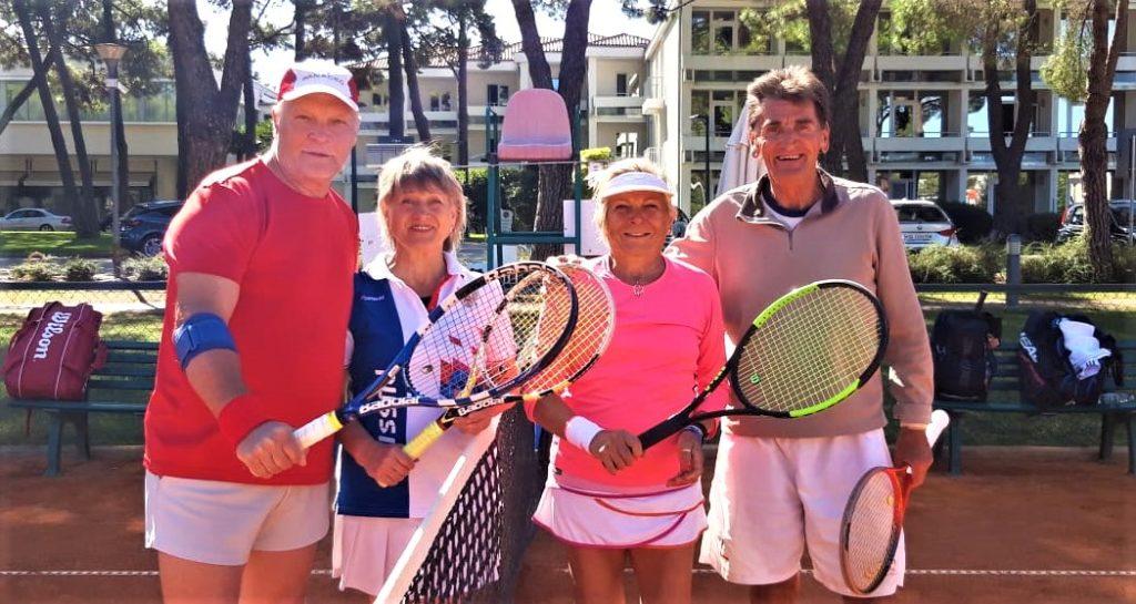 Valentina Niukhtina / Anatoly Minkevich (RUS) - Rossana Iassarino (ITA) / Alain Vaysset (FRA) перед матчем смешанного парного разряда на 39th World Tennis Championships ITF Super-Seniors г. Умаг, Хорватия 15-28 сентября 2019 г.