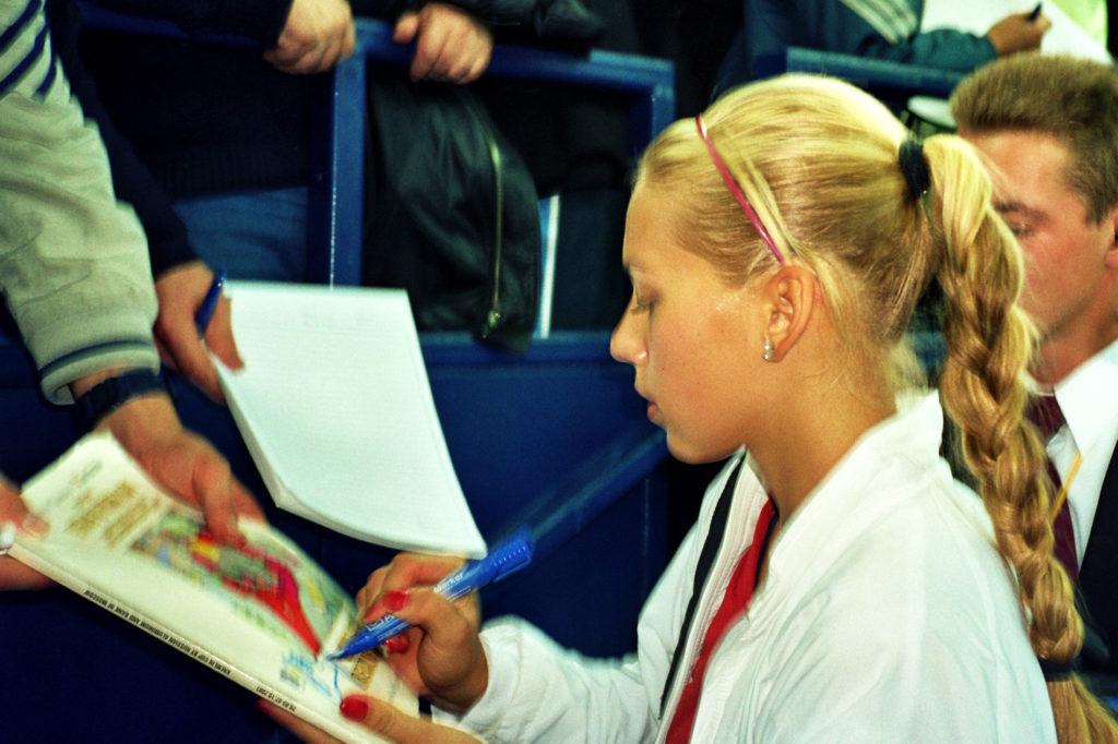 Анна КУРНИКОВА российская теннисистка победительница XII Международного турнира WTA Кубок Кремля в парном разряде вместе с Мартиной ХИНГИС (Швейцария) г. Москва, СК «Олимпийский» 29.09.-07.10.2001 год